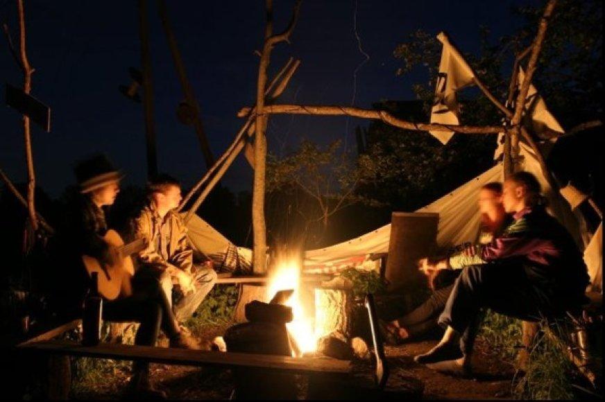 Dar vienas vakaras EkoTroboje stovyklaujant prie laužo.