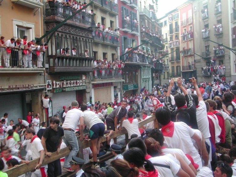 Festivalio metu Pamplonos gatvės užvaldo drąsūs bėgikai ir įniršę buliai