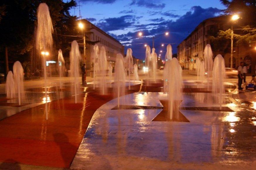 Fontanas su Gruzijos simboliu, raudonu kryžiumi.