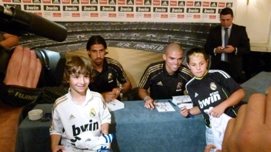 Vokietis Sami Khedira ir brazilas Pepe atidavė duoklę gerbėjams, bene valandą laiko fotografuodamiesi ir pasirašinėdami jiems.