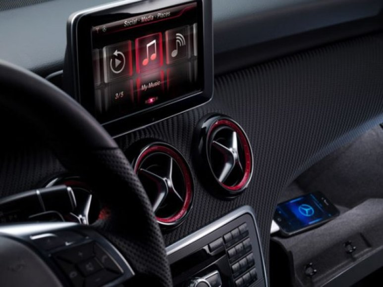 """Mercedes-Benz"" turės ""iPhone"""
