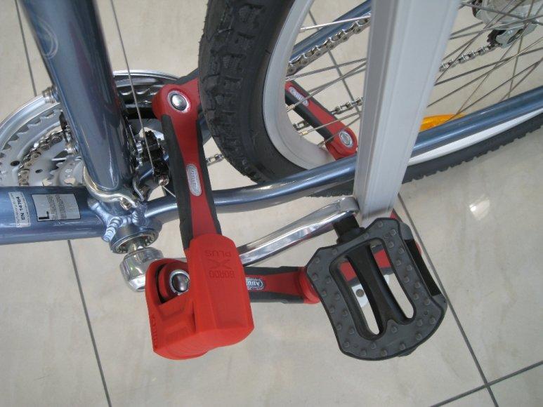 Dviratis pritvirtintas susilankstančia spyna, kuri turi apkabinti stulpą, rėmą, grandinę ir galinį ratą