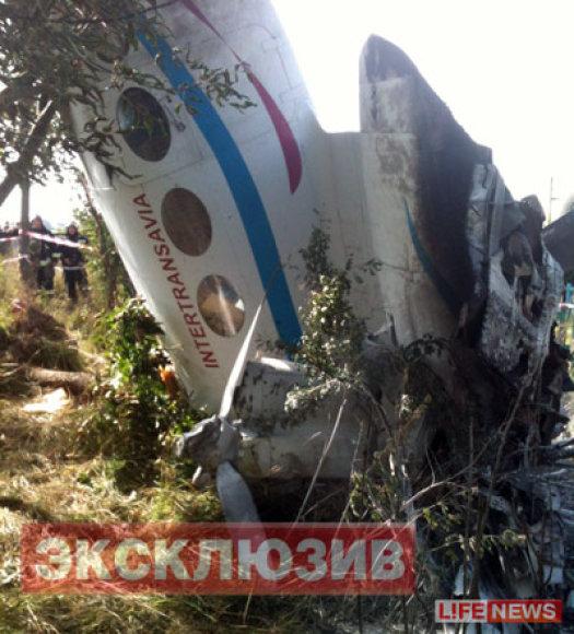 Самолет воткнулся носом в землю