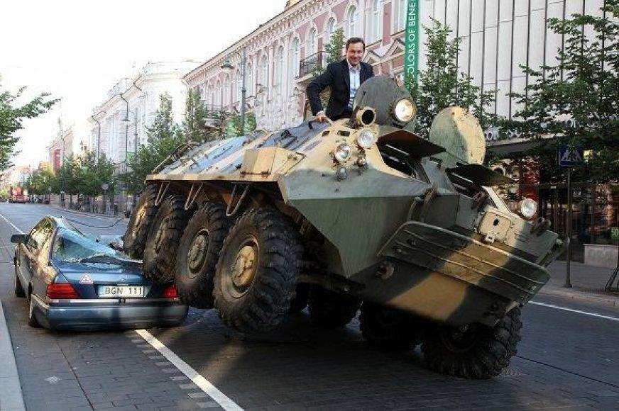 В 2011 году А.Зуокас переехал автомобиль на танке