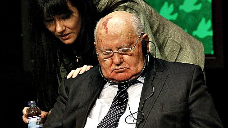 Михаил Горбачев. Спит.