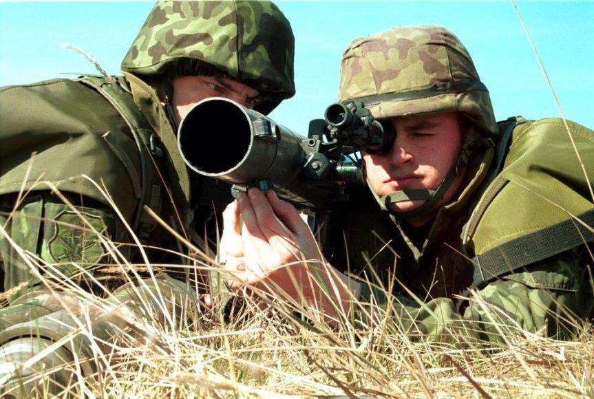 Kaitseväelased lasevad Rootsist kingitusena saadud maailmatasemel granaadiheitjast Carl Gustaf.