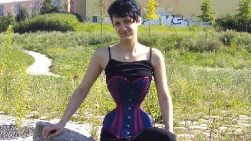 Девушка «срослась» с корсетом ради 40-сантиметровой талии