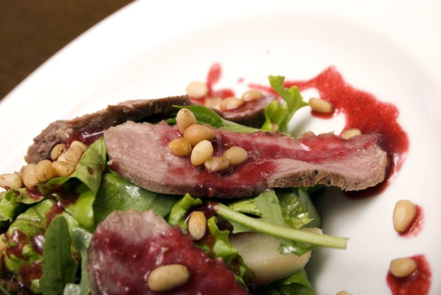 Jautienos salotos vyno padaže