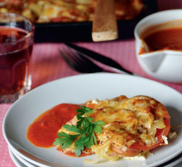 Sluoksniuotas apkepas su dešrelėmis ir šviežiais pomidorais