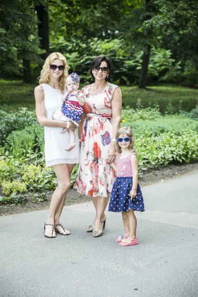 Viganto Ovadnevo/Žmonės.lt nuotr./Janina Butkevičienė su dukra Indre ir anūkėmis