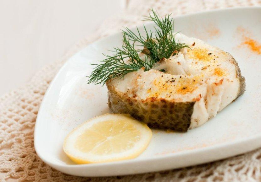 Kepta žuvis su sviestu ir žalumynais