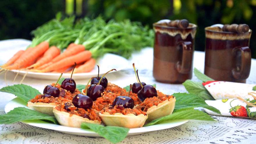 Morkų krepšeliai su vyšniomis