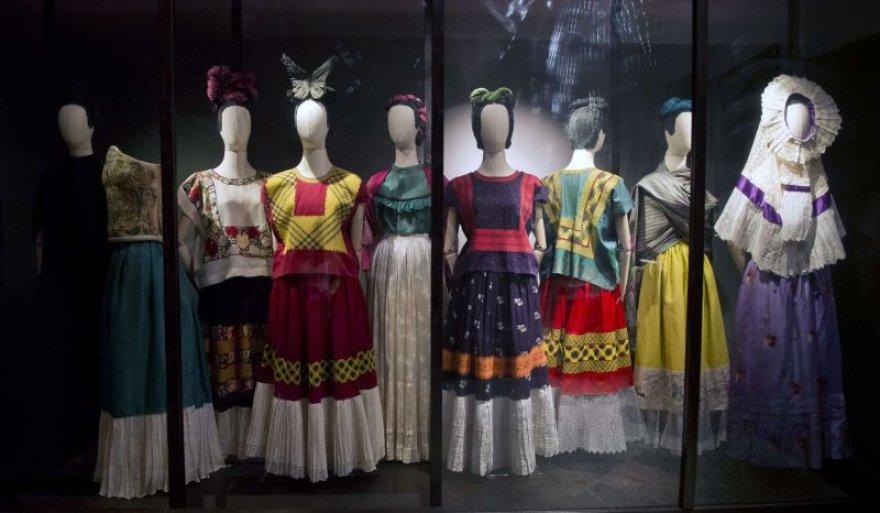 """Paroda """"Dūmai ir veidrodžiai: Fridos Kahlo apdarai"""""""