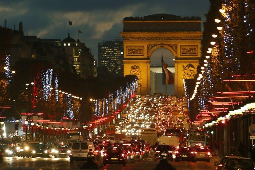 Prancūzijos sostinėje Paryžiuje įspūdingomis kalėdinėmis instaliacijomis žėrintys Eliziejaus laukai ir kitos populiariausios miesto erdvės sukviečia pasigrožėti daugiatūkstantines minias.