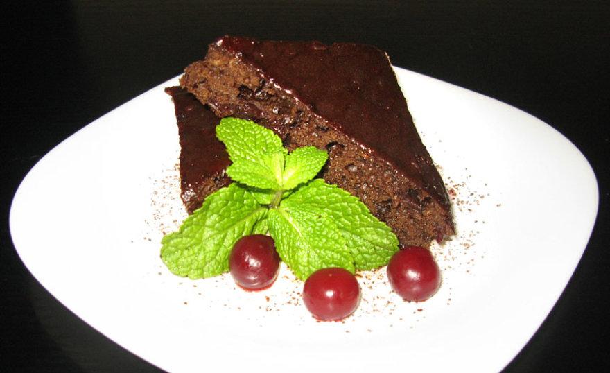 Šokoladinis vyšnių pyragas su karšto vyno prieskoniais