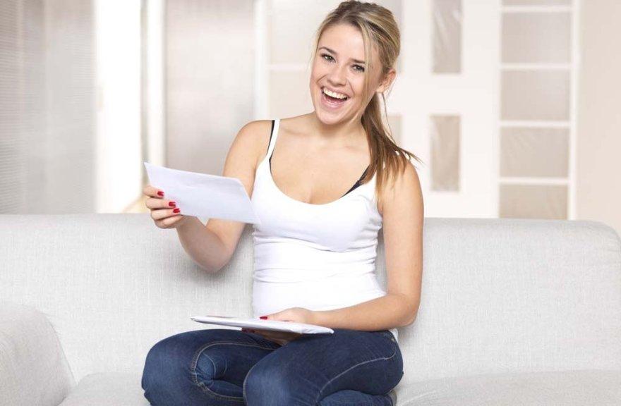 Mergina skaito laišką