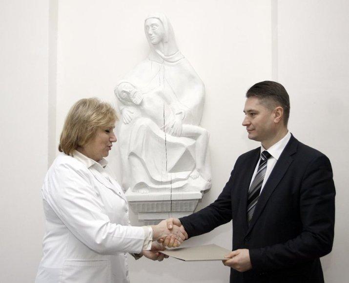 Vilkpėdės ligoninės direktorė Zina Ramanauskienė ir Medicinos banko valdybos pirmininkas Gintaras Treinys
