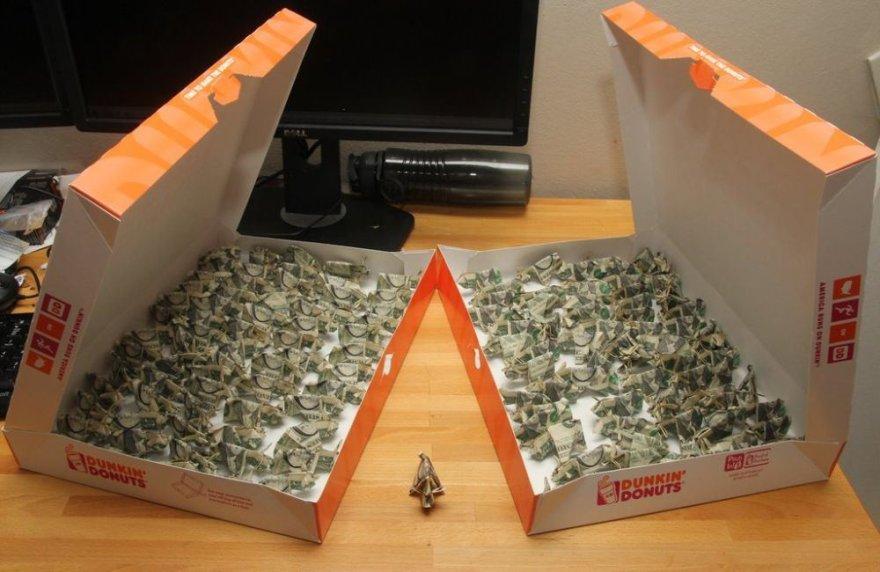 Banknotai-kiaulės spurgų dėžutėse