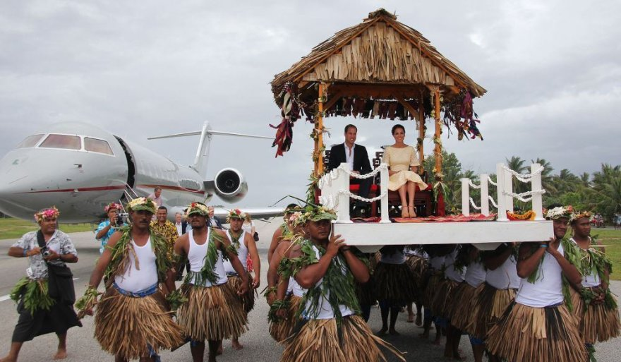 Williamas ir Kate saloje buvo nešami ant sostų