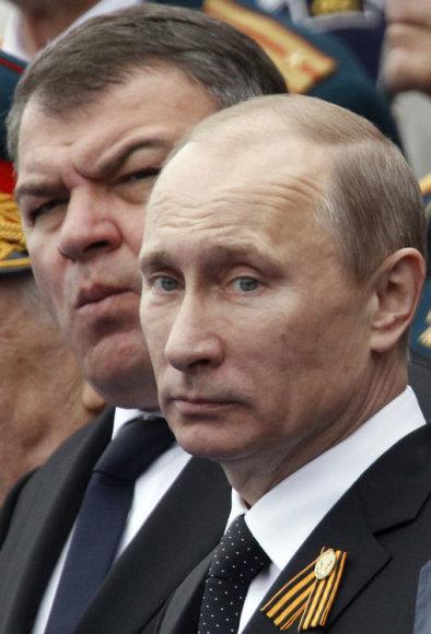 Pasak apžvalgininkų, V.Putinas (priekyje) nutarė paaukoti suįžūlėjusį gynybos ministrą A.Serdiukovą