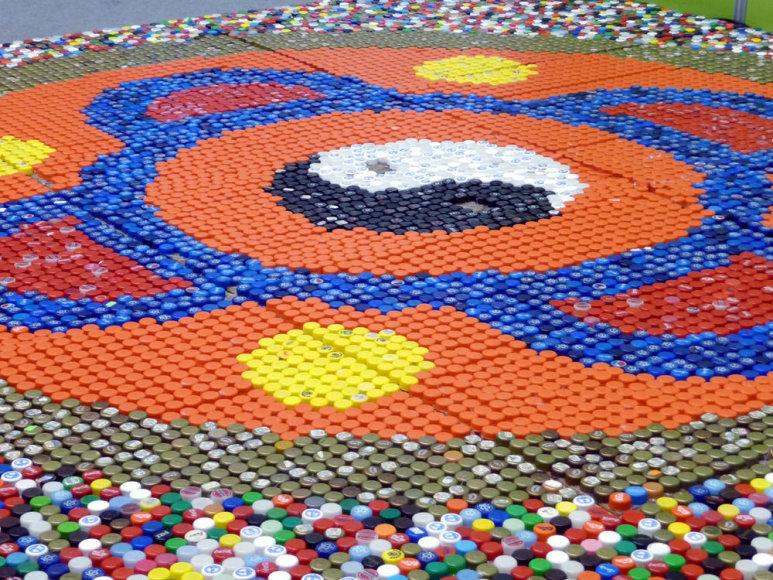 Iš 12 tūkstančių kamštelių studentai sukūrė milžinišką mozaiką