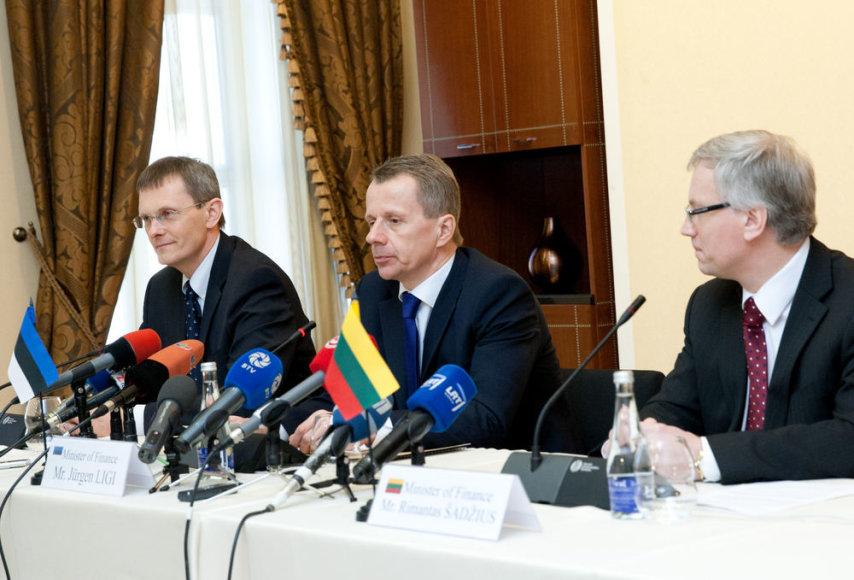 Estijos finansų ministras Jurgenas Ligis, Latvijos finansų ministras Andris Vilkas ir Lietuvos finansų ministras Rimantas Šadžius spaudos konferencijoje.