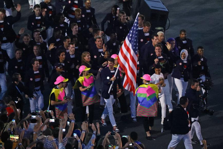 """AFP/""""Scanpix"""" nuotr./JAV vėliavą nešė Michaelas Phelpsas"""