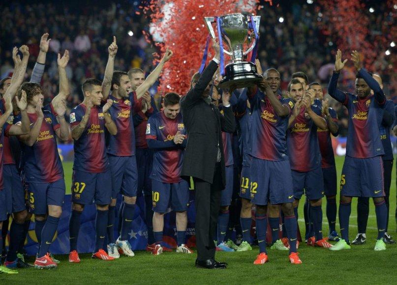 """Barcelona"" komanda švenčia 2012/13 metų čempionų titulą."