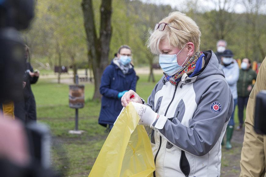 """Roko Lukoševičiaus / 15min nuotr./Ingrida Šimonytė dalyvavo aplinkos tvarkymo akcijoje """"Darom 2021"""""""