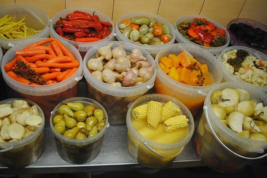 Asmeninio archyvo nuotr. /D. ir E. Abukauskai raugia pačias įvairiausias daržoves ir vaisius