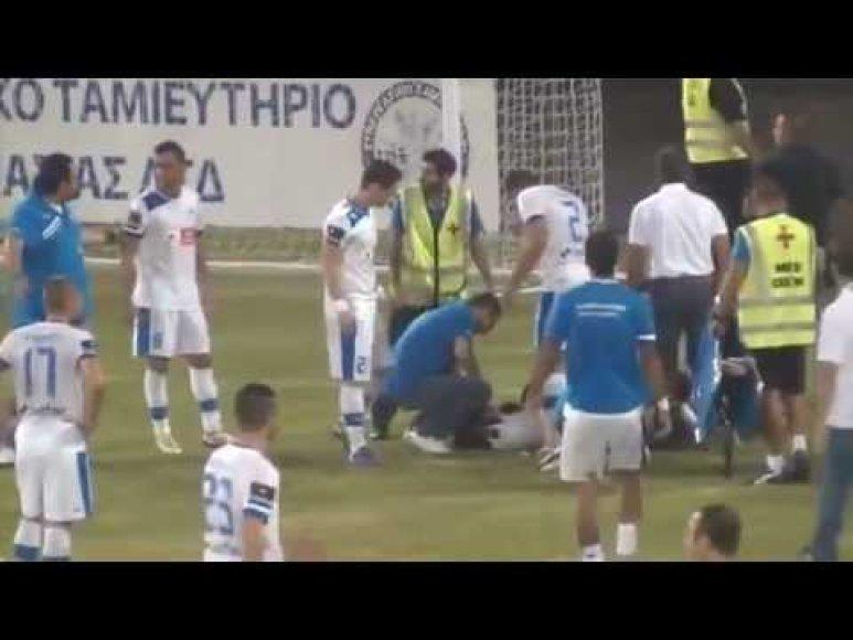 Per Kipro čempionato mačo metu į futbolininką mesta petarda vos netapo mirties priežastimi.