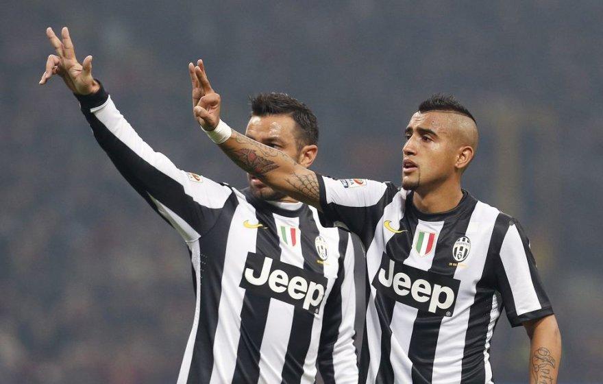 """""""Juventus"""" žaidėjai  Arturas Vidalis ir Fabio Quagliarella aikšina, kad nebuvo 11 metrų baudinio."""