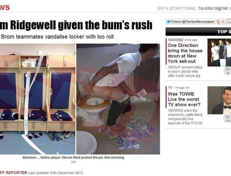 Liamas Ridgewellas nusifotografavo sėdintis ant klozeto ir pinigais valantis užpakalį
