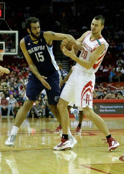 """Donatas Motiejūnas ir """"Grizzlies"""" žaidėjas Hamedas Haddadi kovoja dėl kamuolio."""