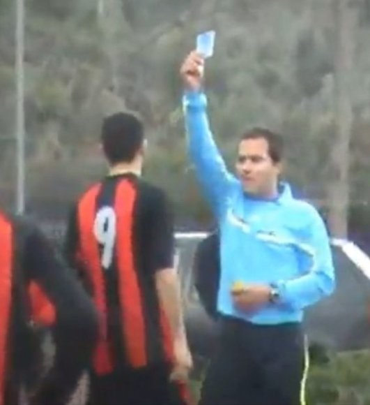 Graikijos mėgėjų futbolo lygoje parodyta žydra kortelė.