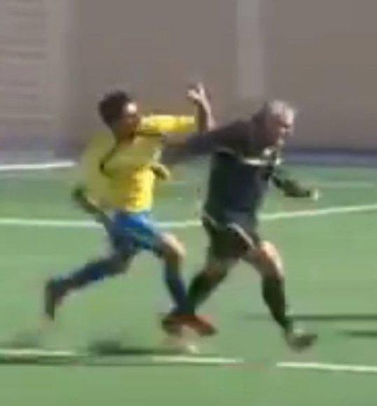 Futbolo teisėją sumušti norėję žaidėjai jį gainiojosi po visą aikštę