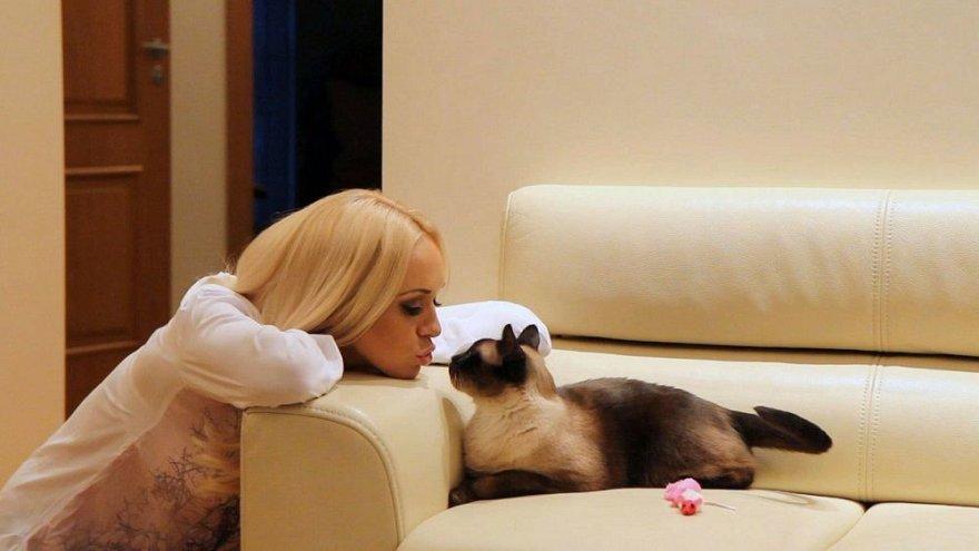 Oksana Pikul su katinu Bondu
