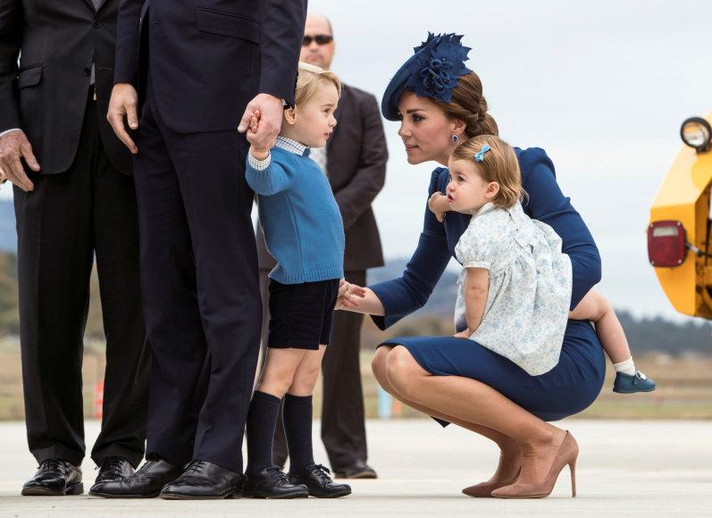 """""""Scanpix"""" nuotr./Hercogienė Catherine su vaikais George'u ir Charlotte"""