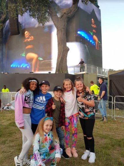 Asmeninio albumo nuotr./Gabrielė Bruzgulytė (antra iš dešinės) Justino Bieberio koncerte Londone