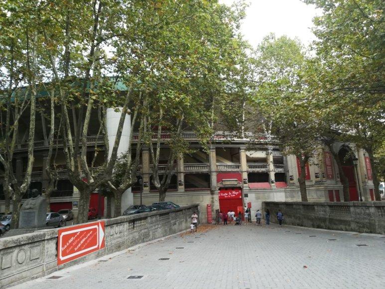 Monikos Svėrytės nuotr./Pamplona. Garsioji koridos arena ir šalia jos – paminklas Ernestui Hemingway'ui kairėje