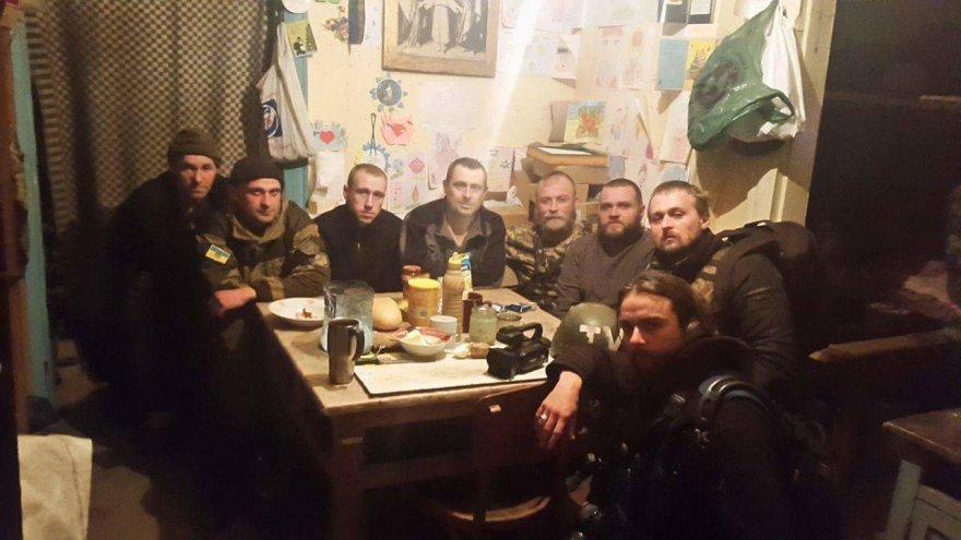 Dovydas Pancerovas ir Vidmantas Balkūnas su Marjinos priešakinėse pozicijose stovinčiais Ukrainos kariais