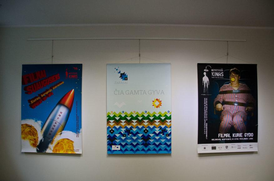 """Organizatorių nuotr./Anykščių menų inkubatoriuje menininkas Marius Žalneravičius pristatė plakatų parodą """"Nr.2 Magenta"""""""