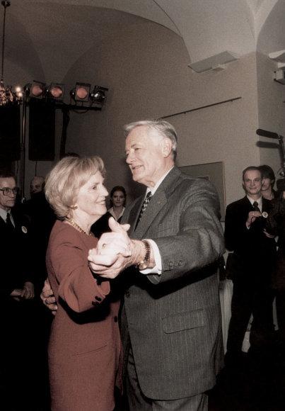 Ponia Alma yra sakiusi, kad nėra nė vieno vyro, kuris taip gerai šoktų valsą, kaip jos vyras. Daugeliui likęs atmintyje poros šokis antrosios kadencijos prezidento rinkimų naktį, kai rinkimus laimėjo Rolandas Paksas.