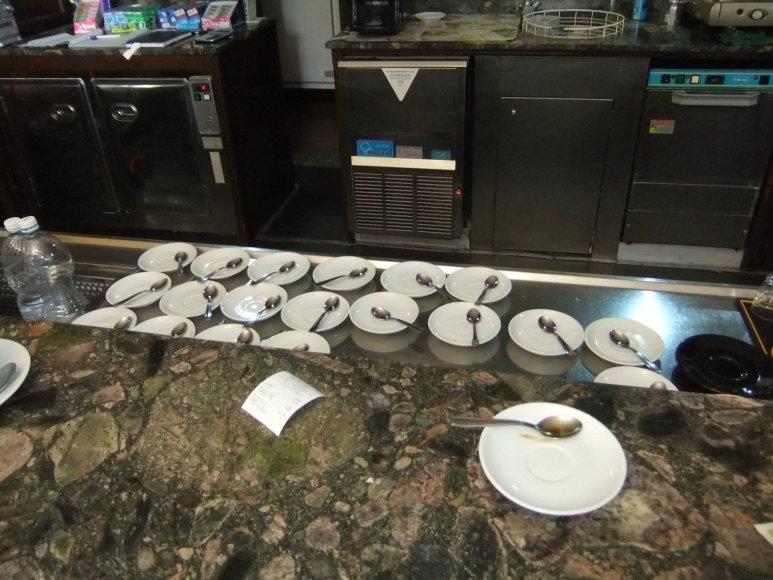 Projekto partnerio nuotr./Iš anksto pasiruošiamos kavos lėkštutės – užplūdus klientams, darbas vyksta žaibišku greičiu
