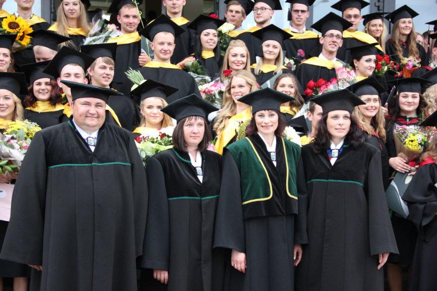 Projekto partnerio nuotr./Agronomijos fakulteto vadovybė su absolventais