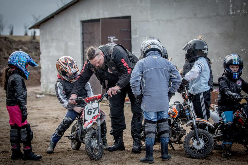 Vidmanto Balkūno / 15min nuotr./Laurynas Baltrūnas-Oblius Beižionių vaikų globos namuose veda jaunųjų motociklininkų būrelį