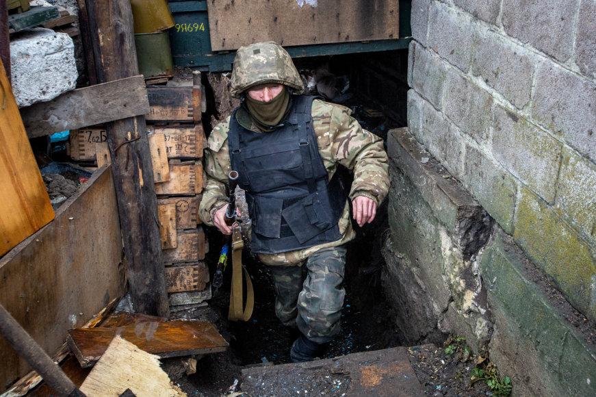 Vidmanto Balkūno/15min.lt nuotr./Ukrainos karys grįžta iš budėjimo apkasų linijoje, kurią apšaudo separatistai