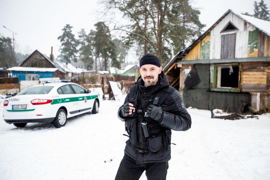 Vidmanto Balkūno / 15min nuotr./Pareigūnas A.Aniukštis kasdienio policijos darbo metu
