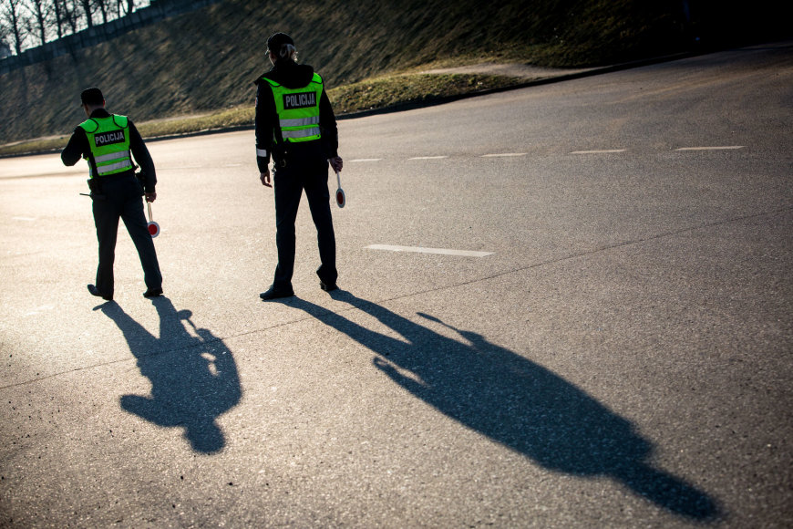 Vidmanto Balkūno / 15min nuotr./Sekmadienio ryto kelių policijos reidas Žvalgų gatvėje