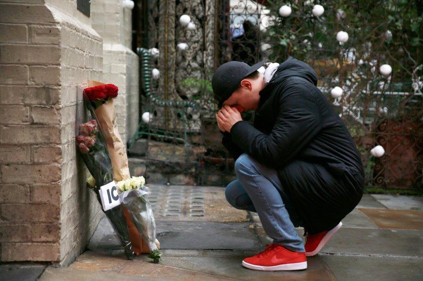 """""""Reuters""""/""""Scanpix"""" nuotr./Davido Bowie gerbėjai plūsta prie jo namų su gėlėmis, žvakėmis ir laiškais"""